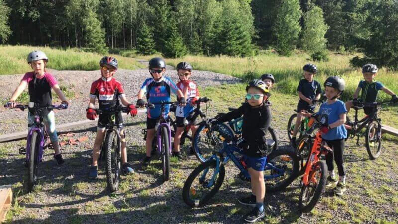 Barn som cyklar